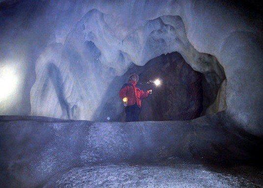 Даже фотографиям не под силу показать реальные размеры и величие самой большой в мире ледяной пещеры