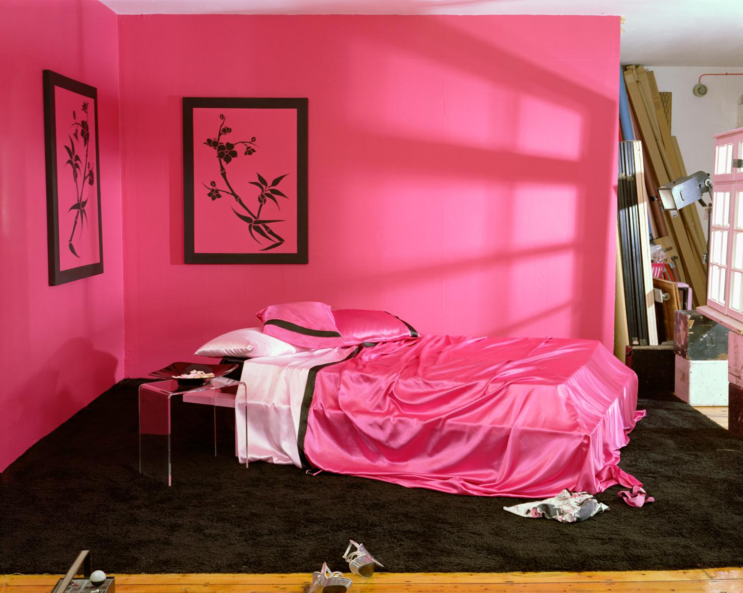 Розовая сатиновая постель.