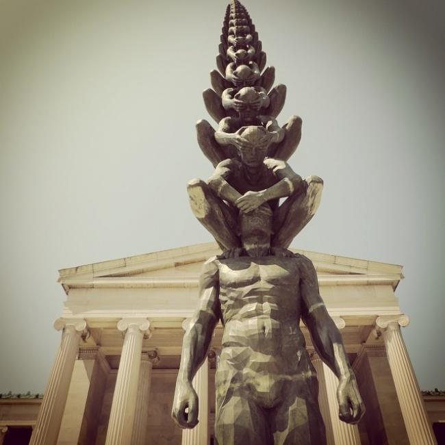 © Alyx Dellamonica  Творение корейского скульптора До-Хо Сувстречает посетителей нью-йоркской