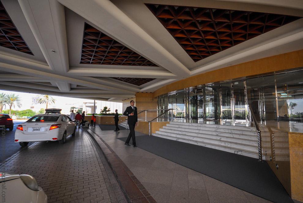 21. А если не хочется на такси, то можно пешком за десять минут дойти до станции метро Dubai He