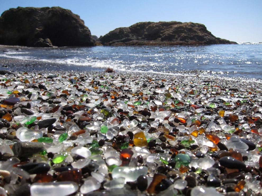 Разумеется, стеклышки появились на пляже не просто так. Дело в том, что это скалистое океанское