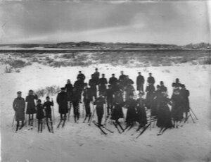 Члены кружка на лыжной прогулке