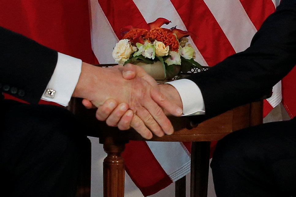 Макрон отказался отпускать руку Трампа после рукопожатия