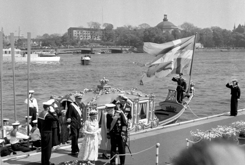 Elisabeth II and Prince Philip arrive in Stockholm in 1956