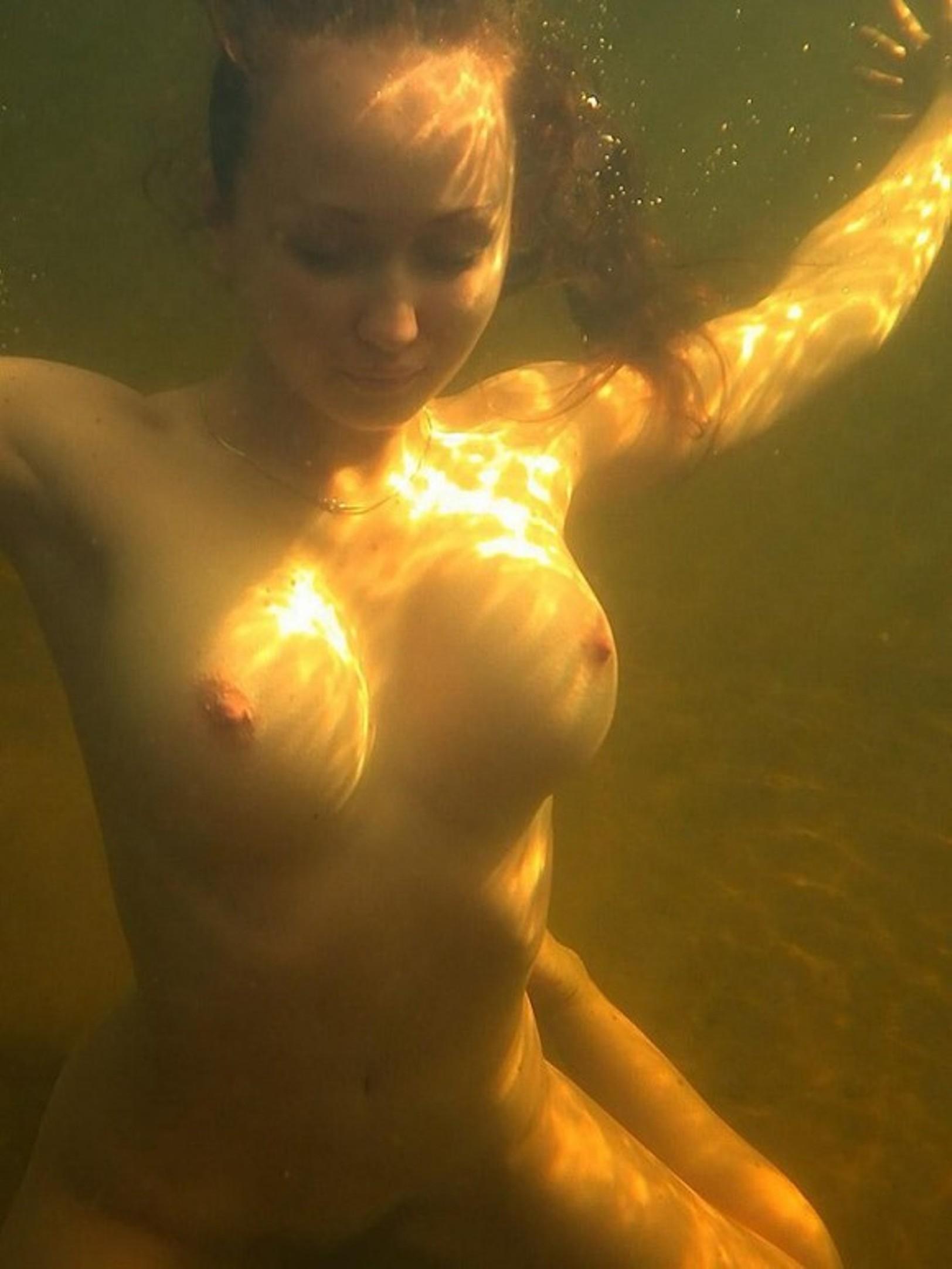 golie-devushki-seks-pod-vodoy