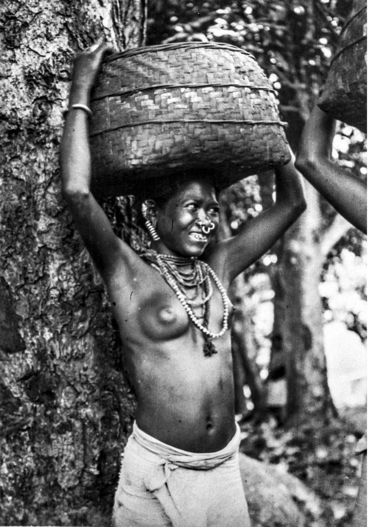 637. Орисса. Женщина народности сора с корзиной на голове