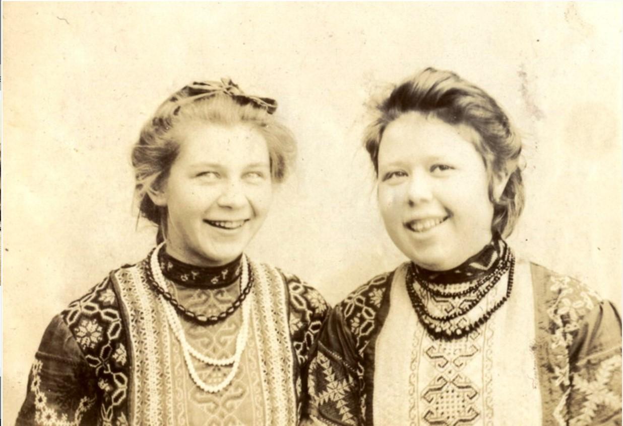 Сестры Мяздриковы в народных костюмах. 1903
