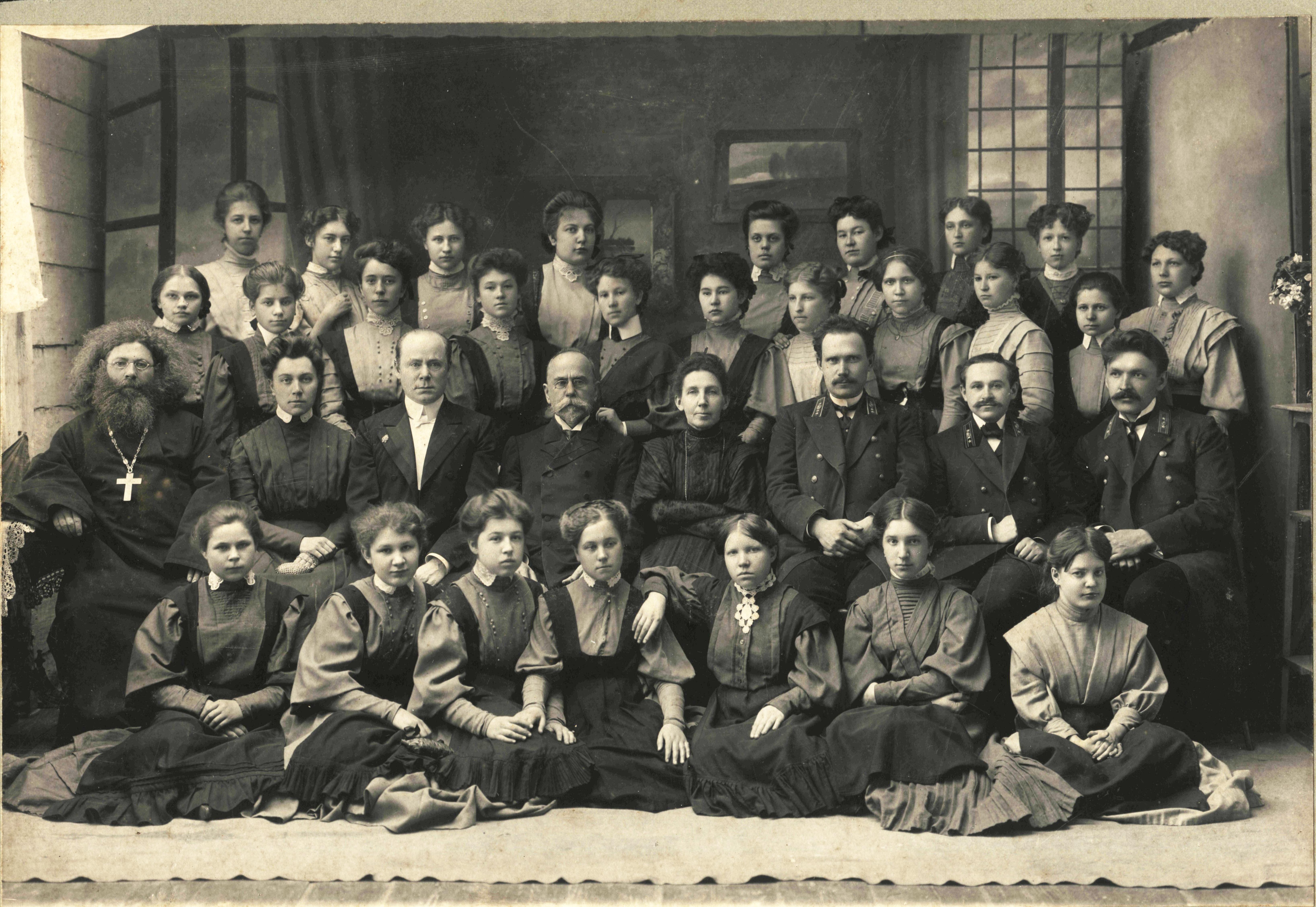 Групповой портрет учащихся женской гимназии.1907