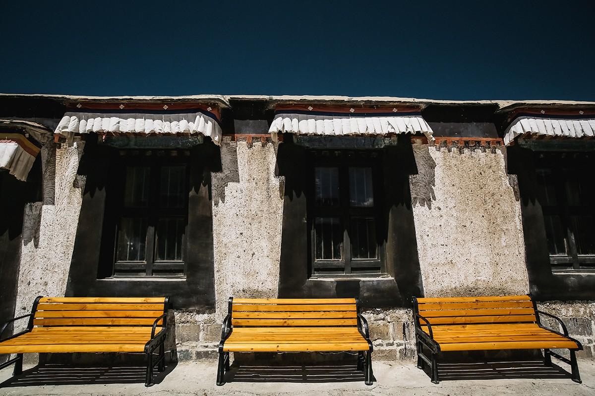 3. Уставшие паломники могут отдохнуть на вполне современных скамеечках.