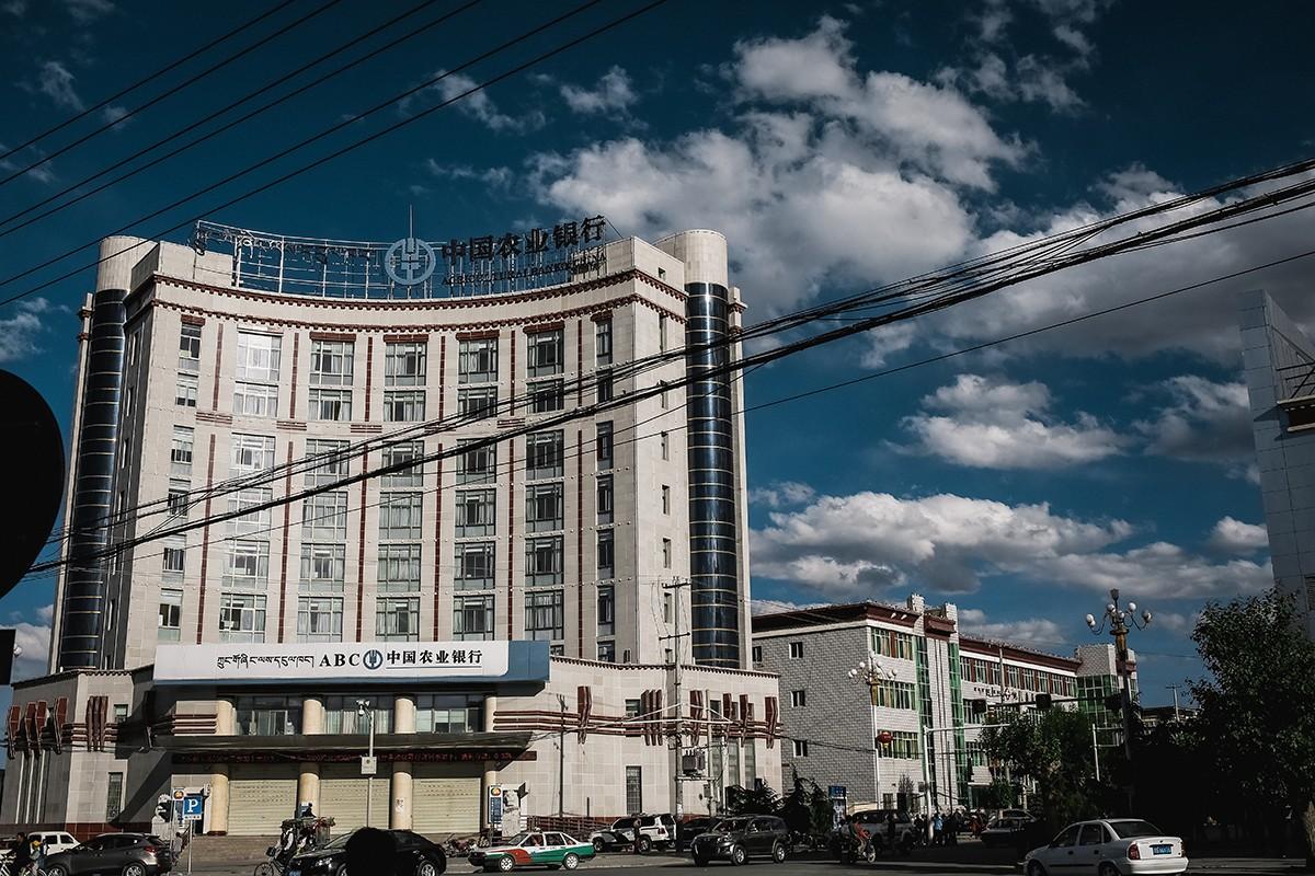 32. Это современный город с магазинами, большими домами, коммерческими и офисными зданиями.