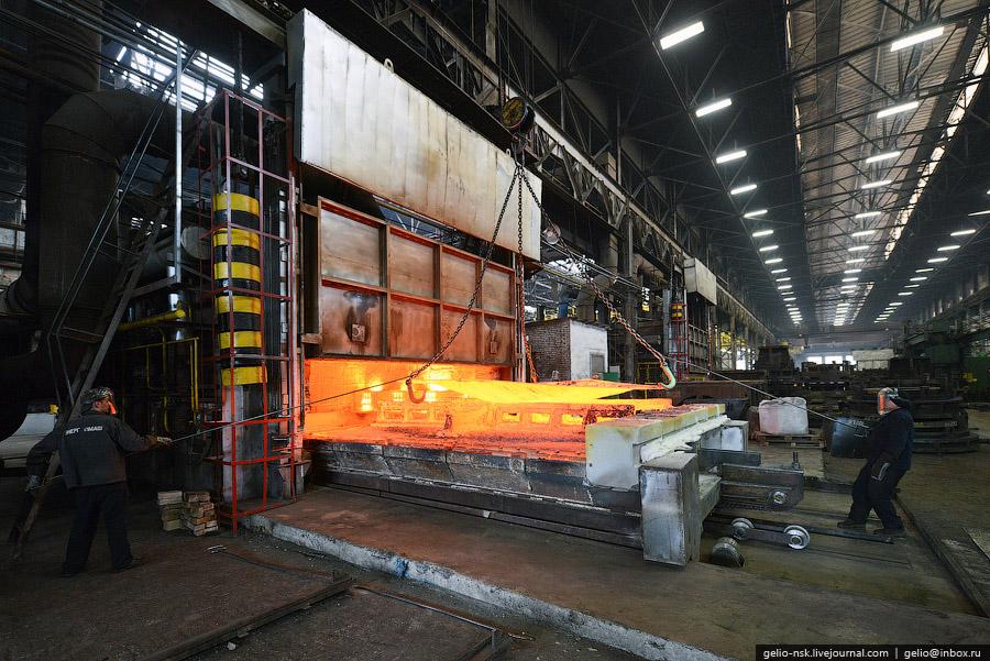 Завод образован в 1942 году в результате эвакуации из Ленинграда Невского машиностроительного з