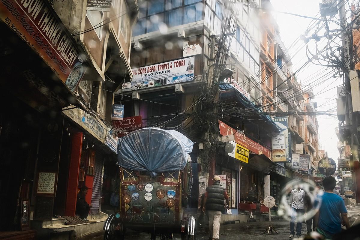 5. На улицах очень грязно, тесно. Пешеходы и машины перемещаются по одной улице, движение правосторо