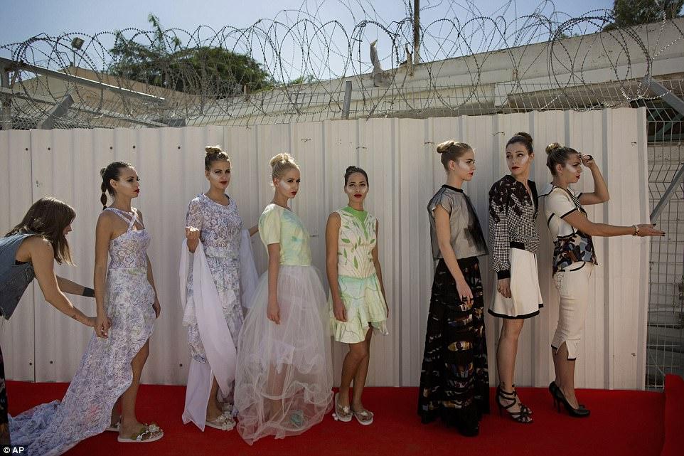 Фотограф вернулся в «Неве-Тирца» еще раз в 2014 году и снял обнадеживающую фотосерию о первом модном
