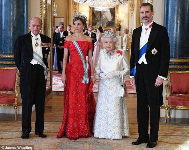 Вся семья британских монархов собралась на важную встречу, и больше всего внимания привлекла Герцоги