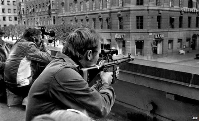 Снайперы напротив банка, где преступники удерживали заложников. На третий день похищения по радиокан
