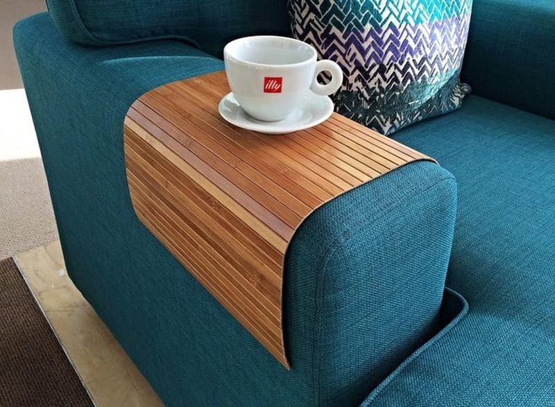 4. Гибкая подставка, превращающая любой подлокотник в идеальное место для чашки.