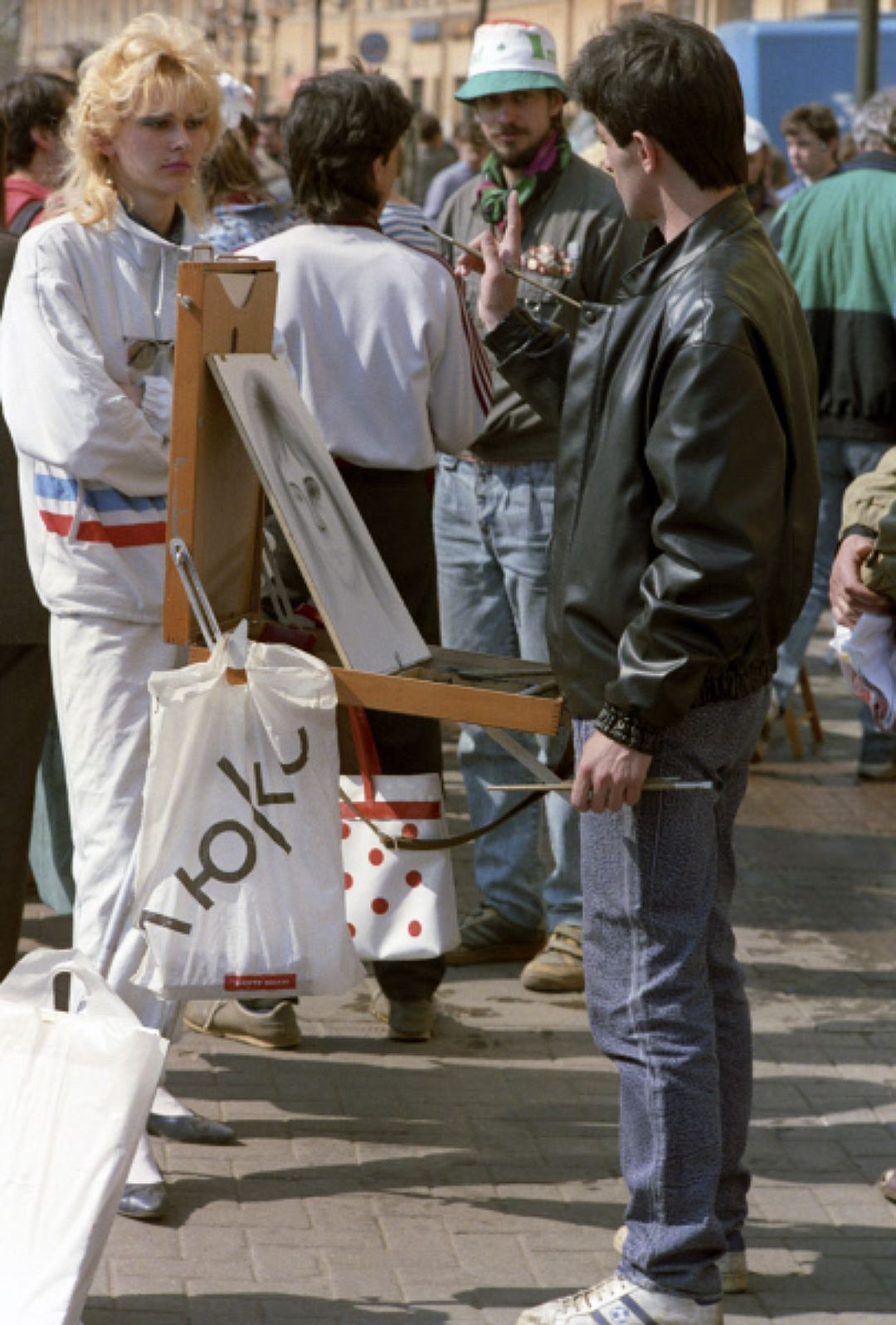 Уличный художник на Старом Арбате, 1991 год. Болоньевые куртки Из верхней одежды, кроме джинсовых и