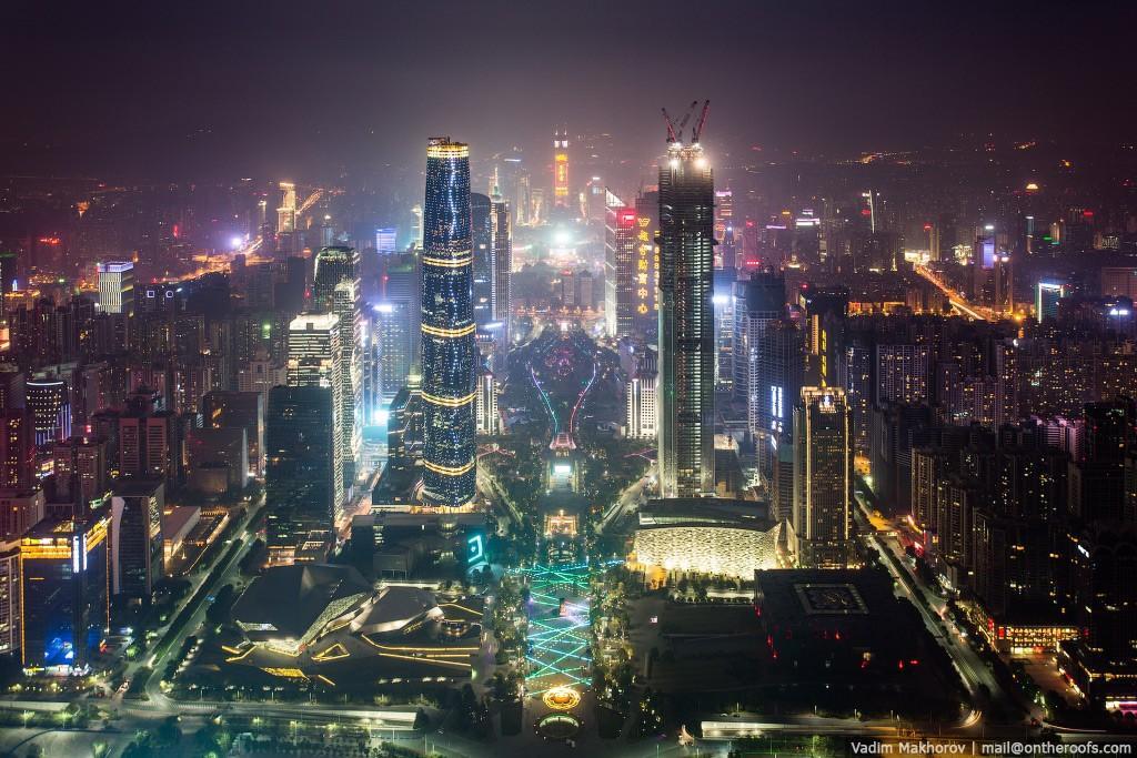 1. Атмосфера провинциальности не покидала меня и после выхода из вокзала. Гонконг казался ярким, жив
