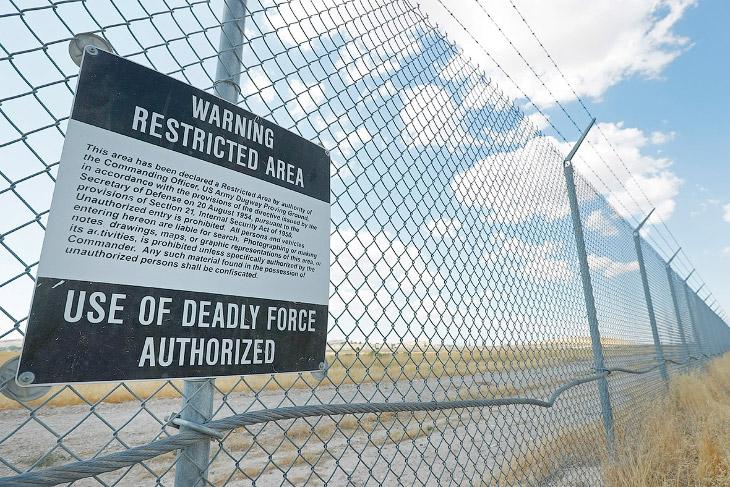2. Главный КПП сверхсекретного военного объекта Dugway Proving Ground. (Фото George Frey):