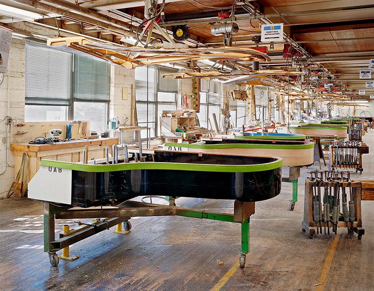 На создание одного рояля уходит почти один год. Рояль состоит из более чем 12 тыс. деталей. Каж