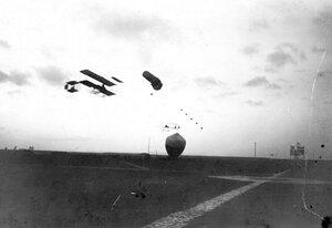 Аэроплан в воздухе над Комендантским аэродромом.