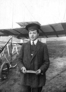 Любитель Григорошвили у аэроплана.