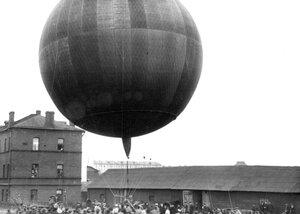 Вид воздушного шара, изготовленного товариществом российско-американской мануфактуры Треугольник, перед подъемом во дворе Газового завода.