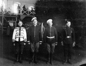 Группа солдат, победителей скачек.