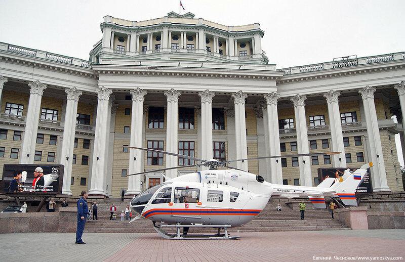 01Б. Суворовская пл. Вертолёт МЧС. 15.09.12.08...jpg
