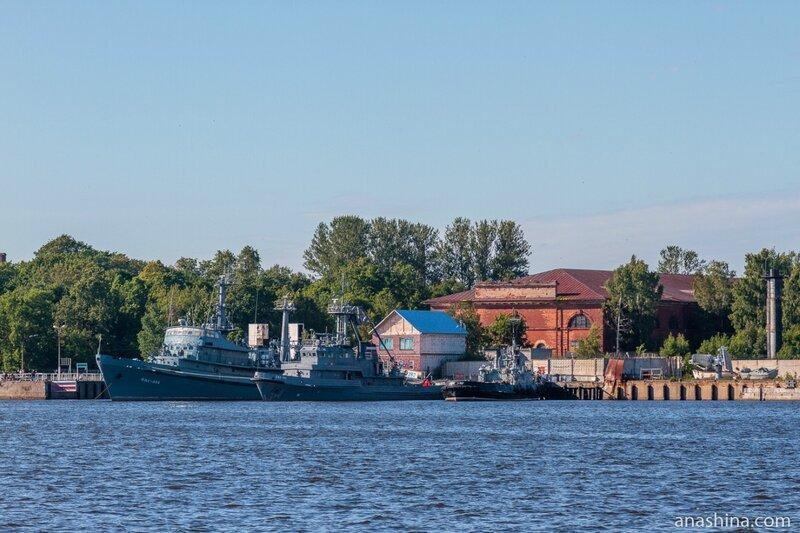 Арсенал и пришвартованные корабли, Кронштадт