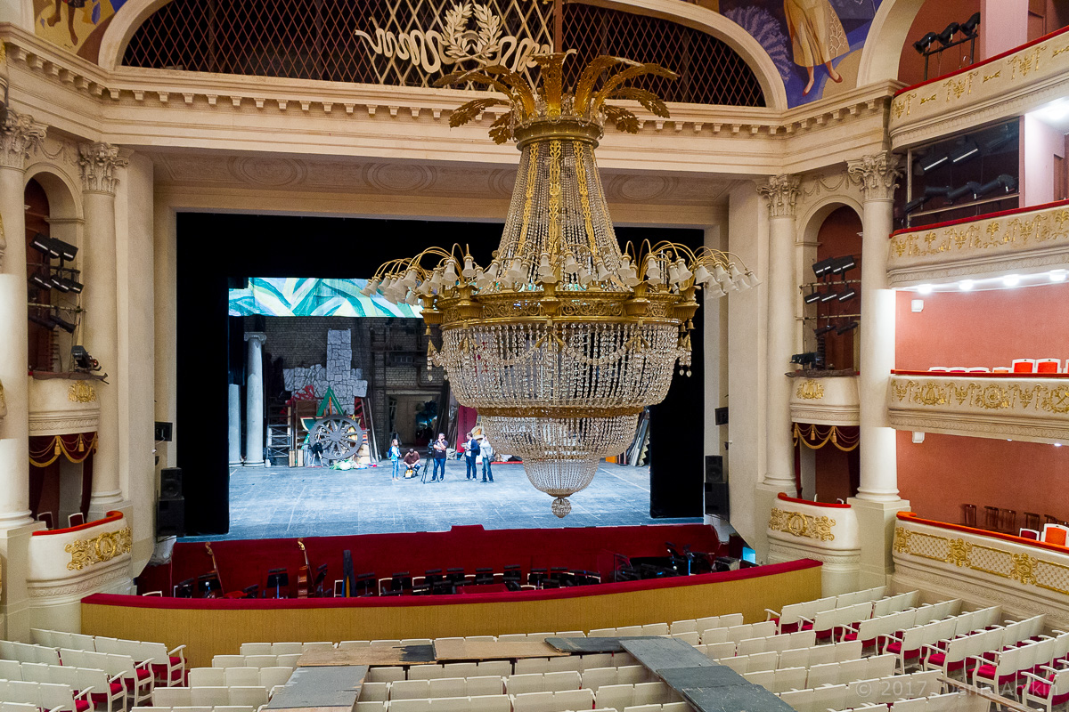 опускают люстру в театре оперы и балета фото 9