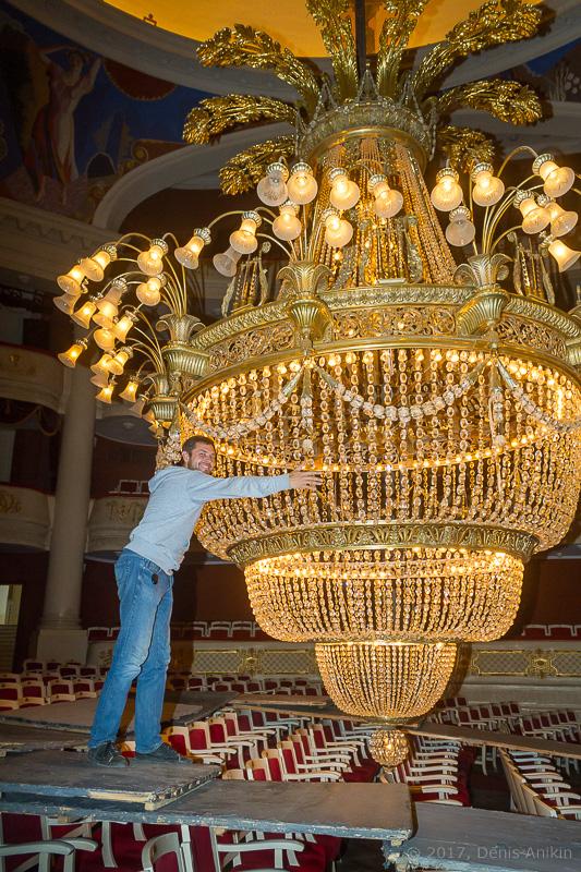 опускают люстру в театре оперы и балета фото 14