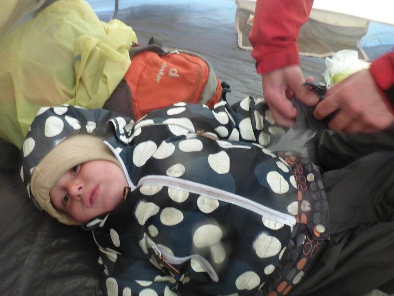 ребенок плачет отказывается одевать варежки