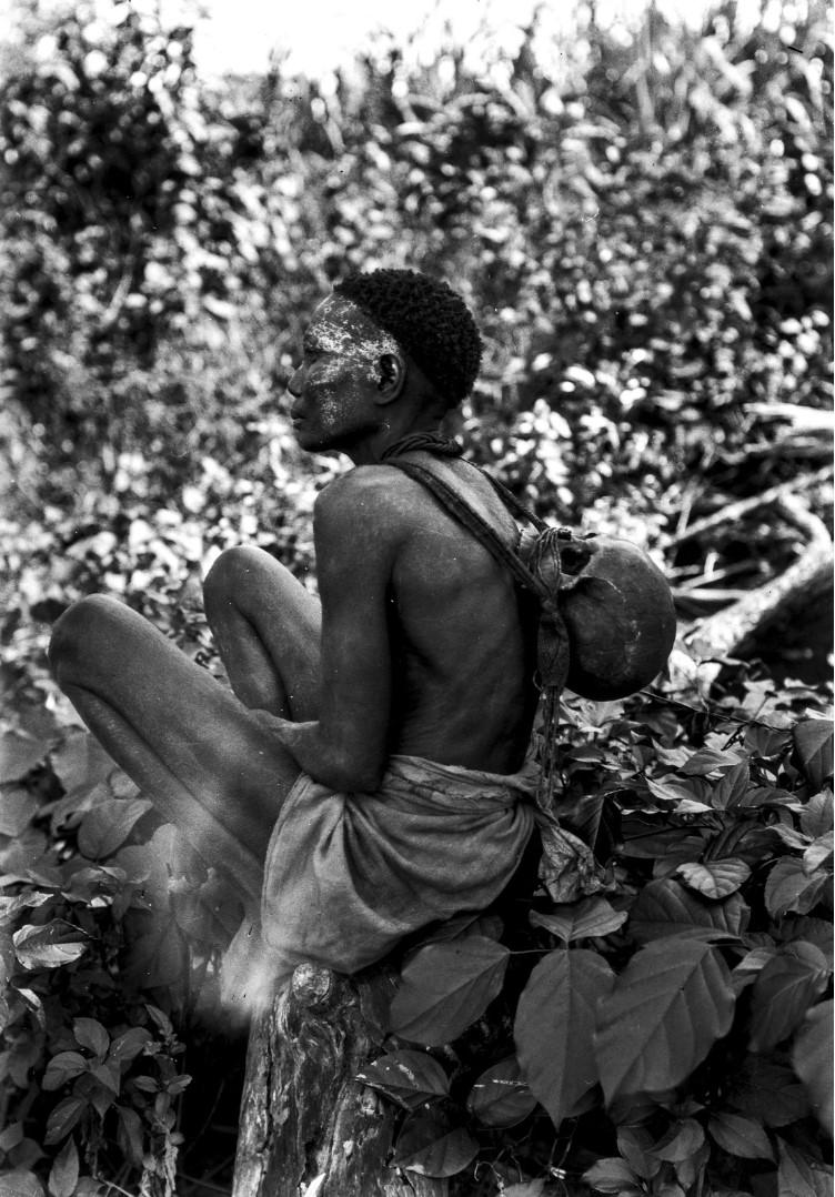 1265. Женщина с черепом на спине, возможно, как часть какого-то ритуала