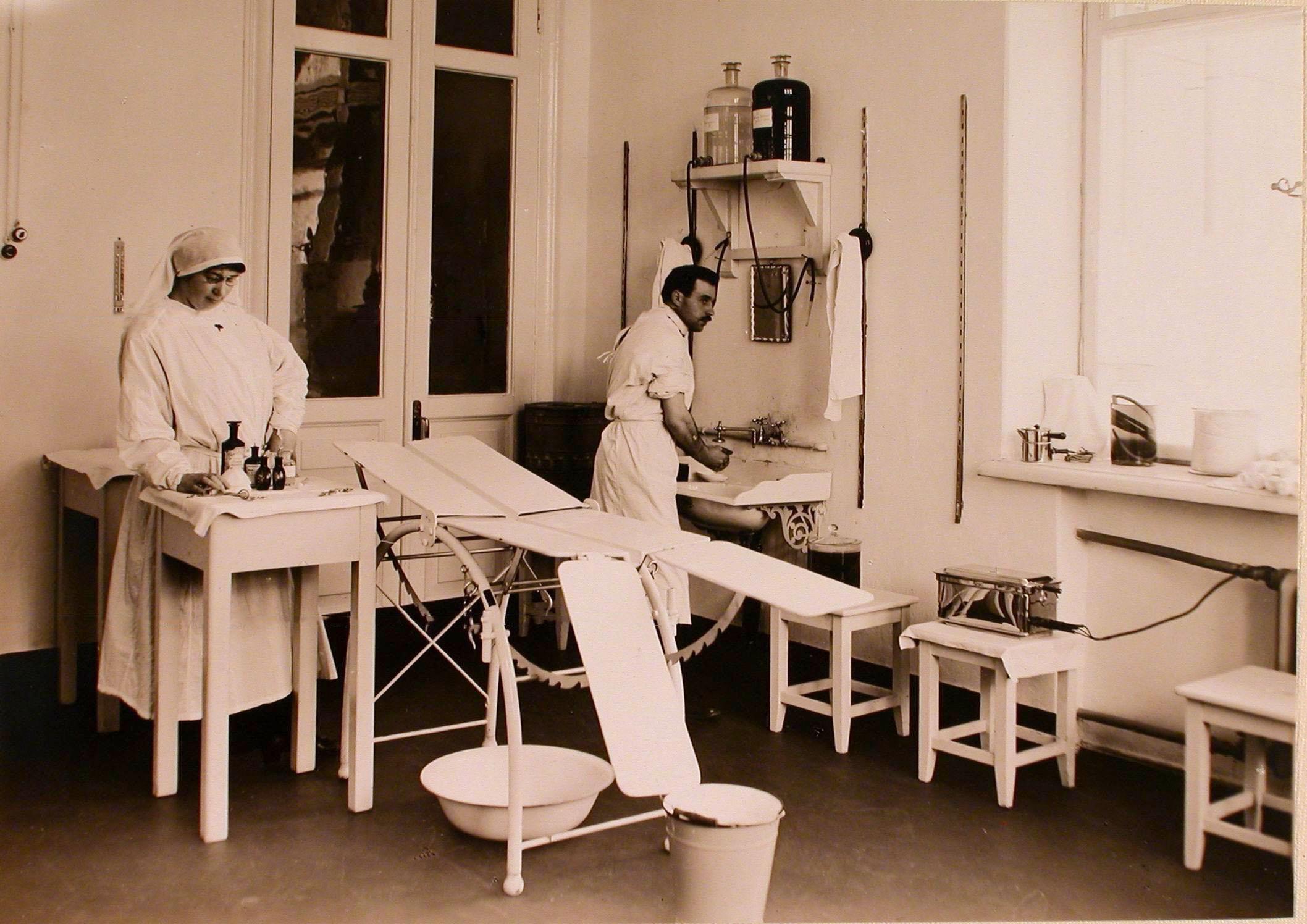18. Медицинская сестра и врач в операционной госпиталя №7