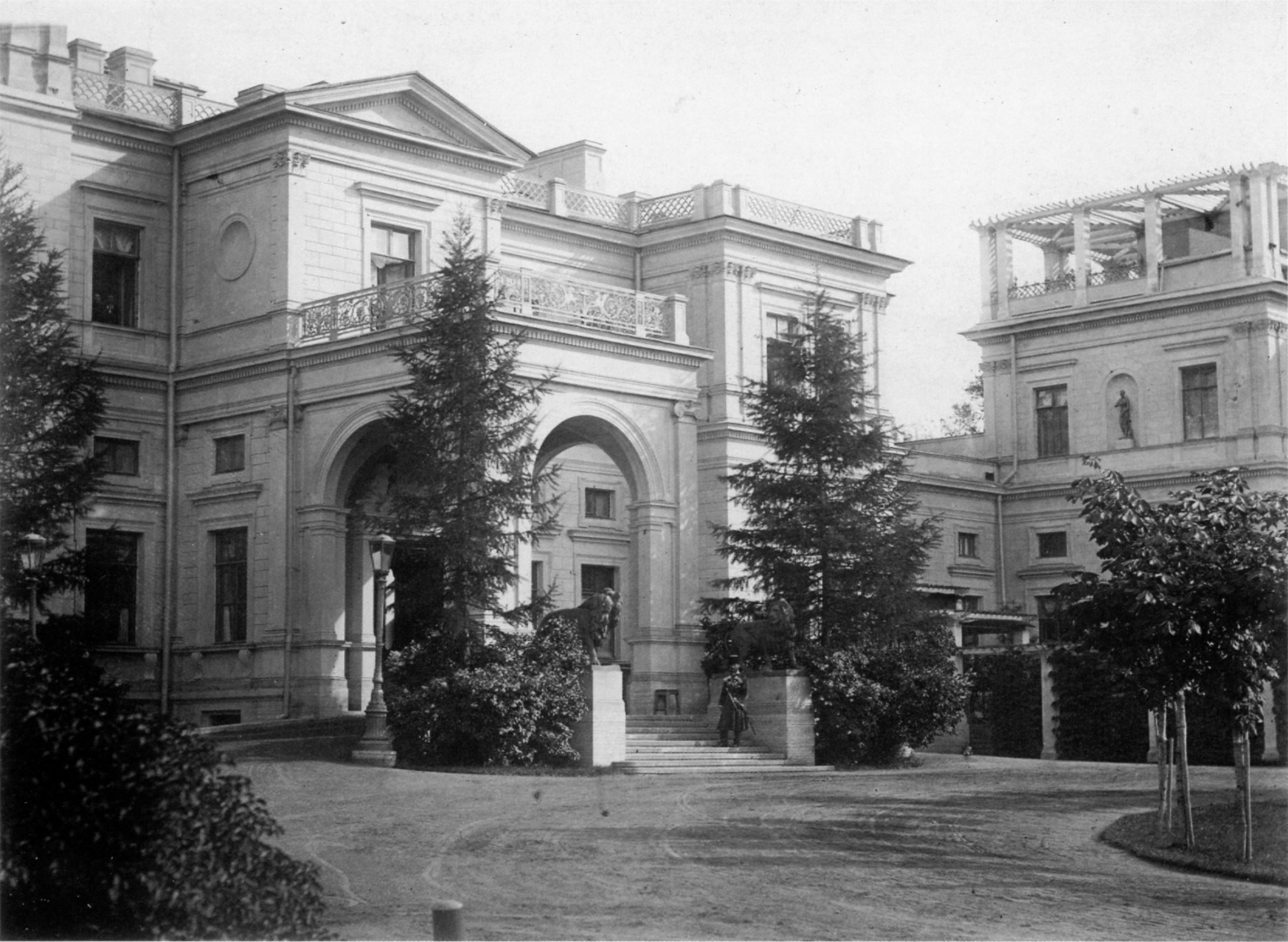 Главный подъезд Большого дворца. 1874