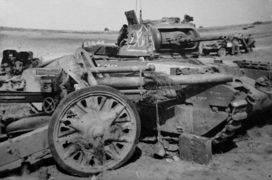 """Немецкая 105-мм гаубица leFH 18 и подбитый танк Mk.II """"Матильда""""."""