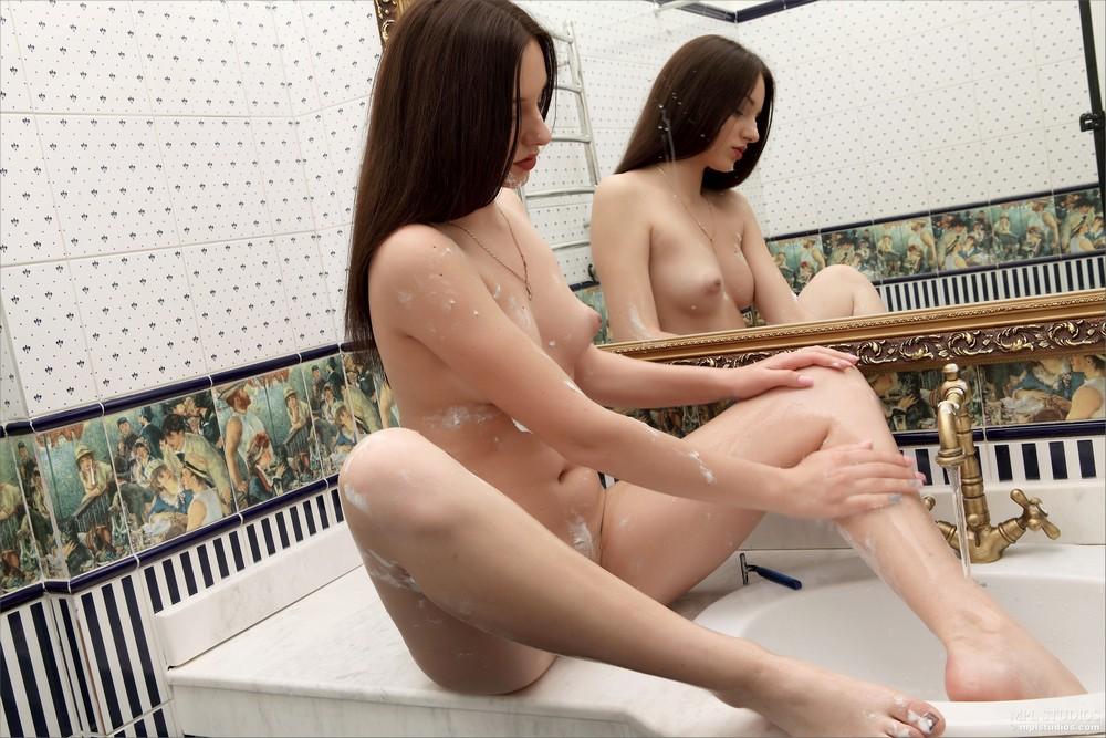 Sacha в ванной