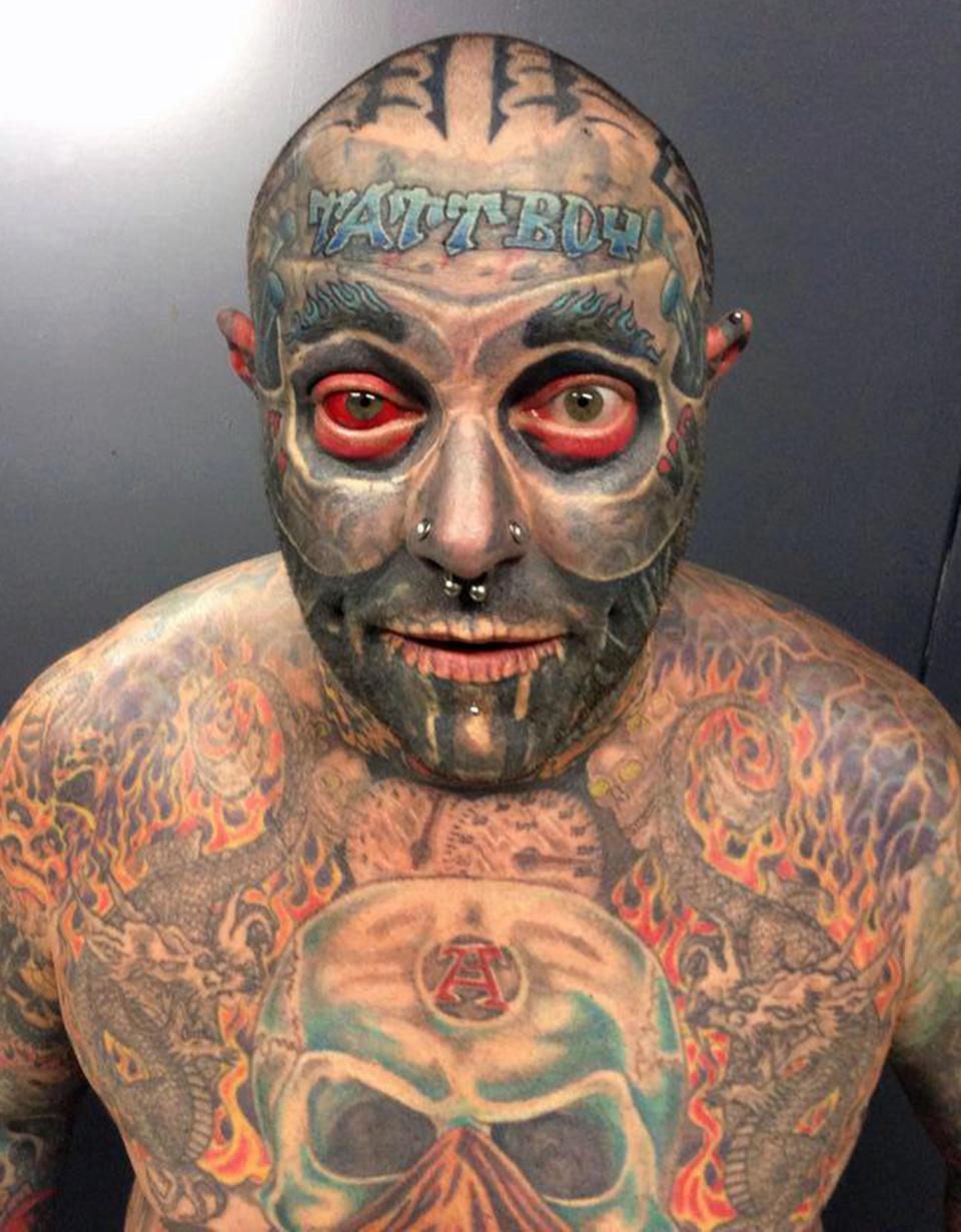 Бывший офисный работник потратил $100 000, чтобы покрыть 90% тела татуировками