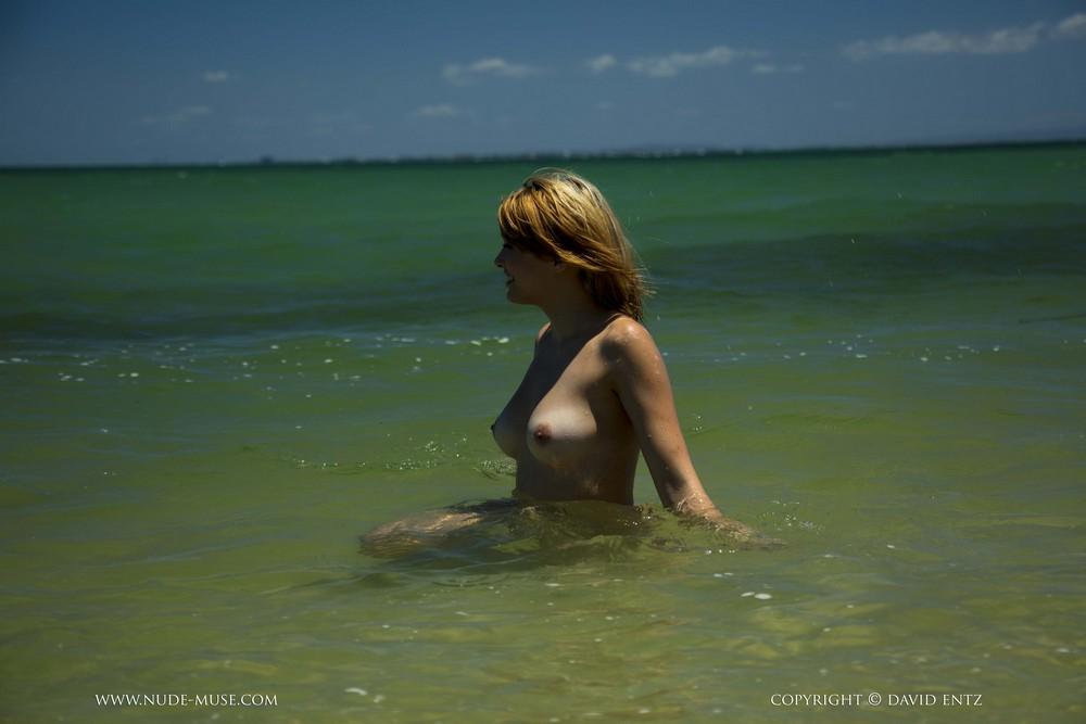 Обнаженная Aims купается в море