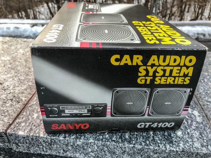 Функционал — предельно простой: кассетный проигрыватель, да радиоприемник с двумя диапазонами (AM/FM