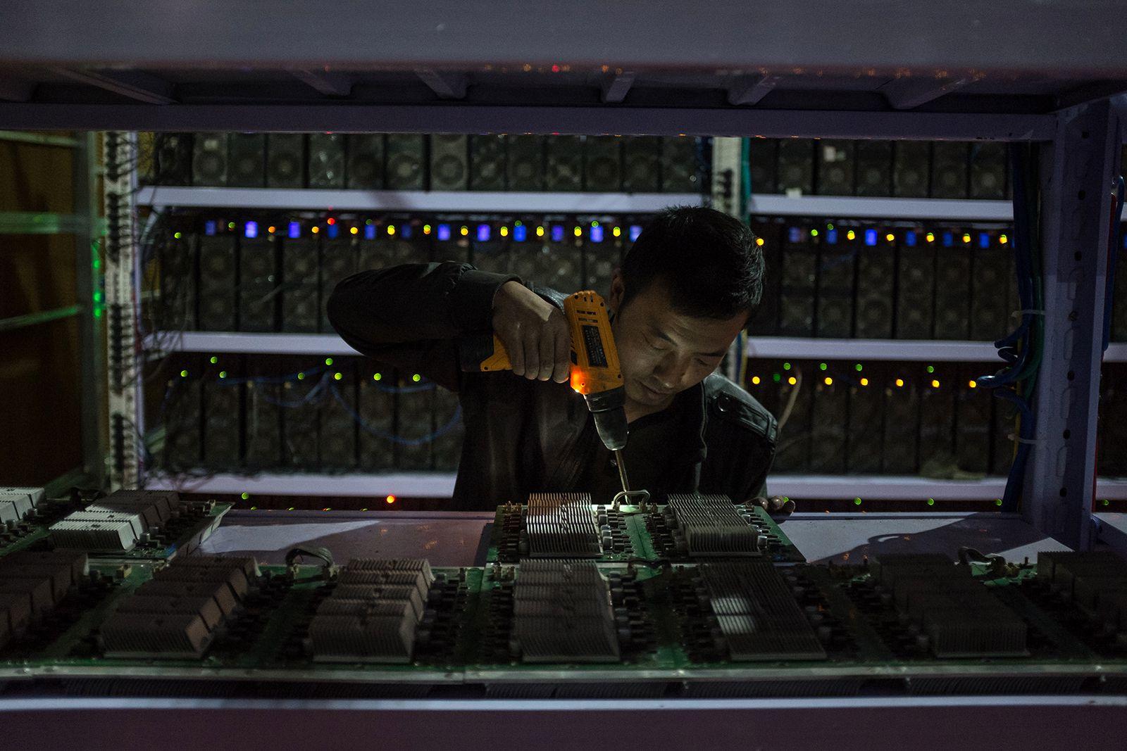 Работник собирает очередной блок оборудования.