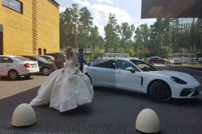 Украшать зал звездная пара поручила декоратору Лидии Симоновой, которая смогла создать сказочную атм