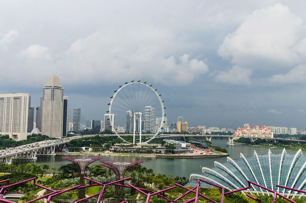 На великолепный отель Marina Bay Sands: