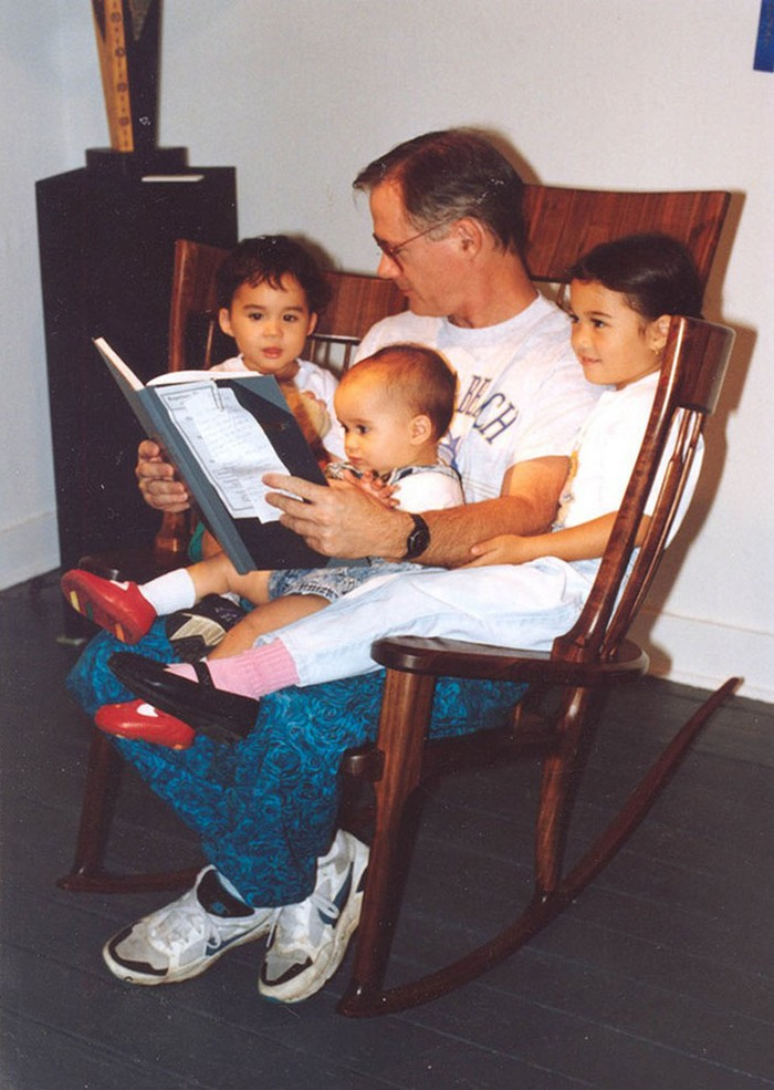 Отец создал тройное кресло-качалку, чтобы читать своим детям сказки