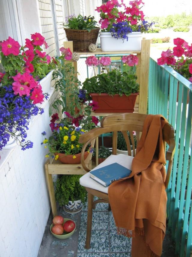 18. Много цветов на балконе