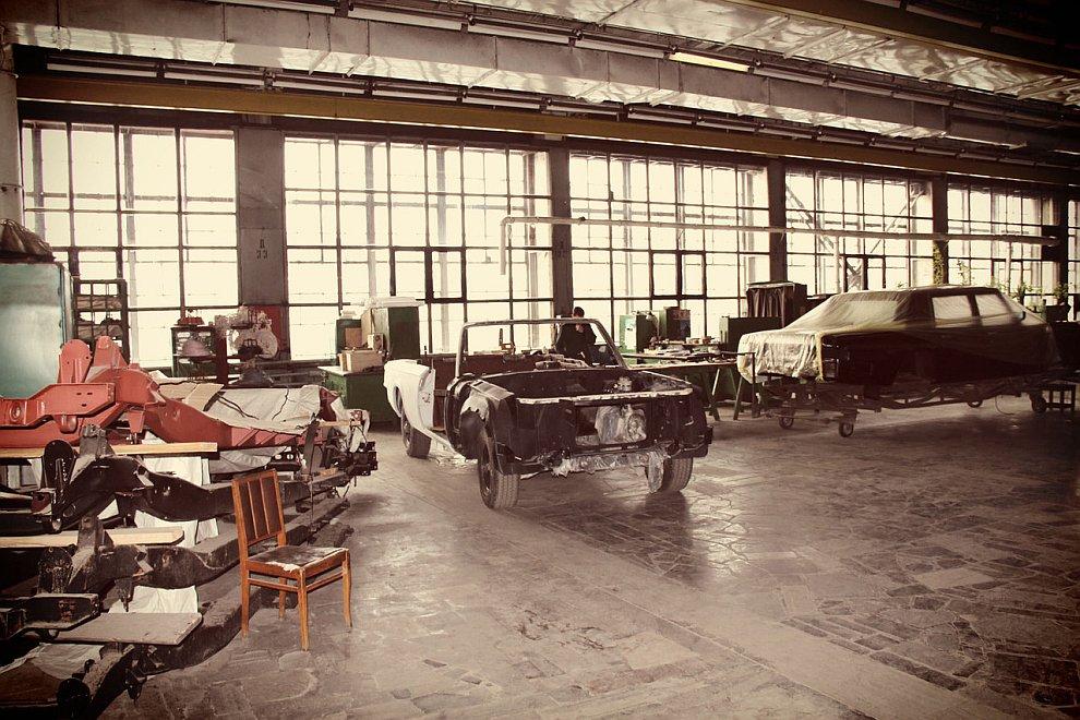 Из того, что уже известно — лимузин строился пять лет и, скорее всего, он получит импортный с