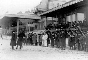 Зрители на трибуне на Семеновском плацу наблюдают за бегами.