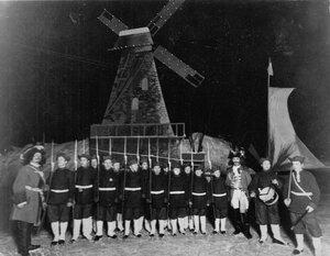 Группа участников карнавала в петровских военных костюмах