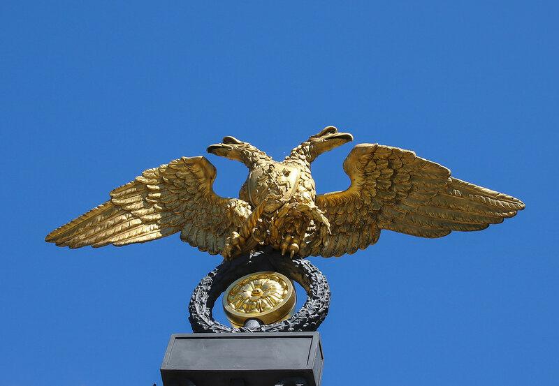 Орел на решетке ворот